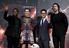 Diretor de Star Wars, Abrams (2º à direita), e atores Boyega, Ridley e Driver durante evento no Japão.  11/12/2015. REUTERS/Yuya Shino