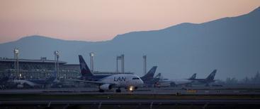 Imagen de archivo de unos aviones de la aerolínea LAN en el aeropuerto internacional de Santiago, ago 13, 2010. LATAM Airlines canceló el 30 por ciento de los vuelos domésticos en Chile del jueves, como una medida de contingencia ante un paro de 48 horas de los funcionarios aeroportuarios que iniciará a medianoche del miércoles, dijo un ejecutivo de la compañía.      REUTERS/Ivan Alvarado