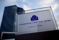En la imagen, una vista general de la sede del BCE en Fráncfort, el 3 de diciembre de 2015. La economía de la zona euro continuará creciendo a un ritmo moderado en el corto plazo antes de tomar algo de fuerza en los próximos dos años, pero estas previsiones enfrentan riesgos bajistas, dijo el jueves el Banco Central Europeo (BCE). REUTERS/Ralph Orlowski