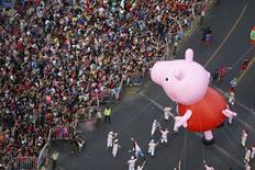 Balão da Peppa Pig visto durante parada em Santiago, Chile.  13/12/2015   REUTERS/Pablo Sanhueza