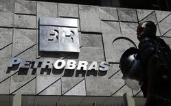 Un policía frente a la sede de Petrobras, en Río de Janeiro, 4 de marzo de 2015. La policía federal de Brasil ahondaba el jueves en las investigaciones sobre la firma suiza SBM Offshore NV, y la petrolera controlada por el Estado Petrobras, en el marco de un extendido caso de corrupción, reportó el canal TV Globo. REUTERS/Sergio Moraes