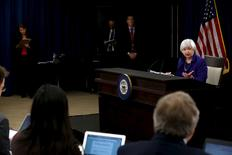 La presidenta de la Reserva Federal de Estados Unidos, Janet Yellen, durante una conferencia de prensa en Washington, 16 de diciembre de 2015. Sólo unas semanas después de decepcionar a los inversores con un estímulo monetario menor al previsto, el Banco Central Europeo recibió una ayuda de la Reserva Federal con una subida de tasas estadounidenses que podría limitar la necesidad de nuevas medidas en Europa. REUTERS/Jonathan Ernst