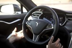 Tesla Motors a annoncé jeudi qu'il continuerait d'utiliser dans ses voitures les logiciels d'aide à la conduite conçus par MobilEye, dont la technologie de vision électronique a été mise en doute la veille par un pirate informatique reconnu dans son milieu. /Photo prise le 14 octobre 2015/REUTERS/Beck Diefenbach