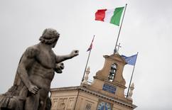 A Rome. L'Italie vise dorénavant un déficit budgétaire représentant 2,4% de son Produit intérieur brut (PIB) l'an prochain au lieu des 2,2% communiqués voici deux mois à la Commission européenne. /Photo d'archives/REUTERS/Alessandro Bianchi