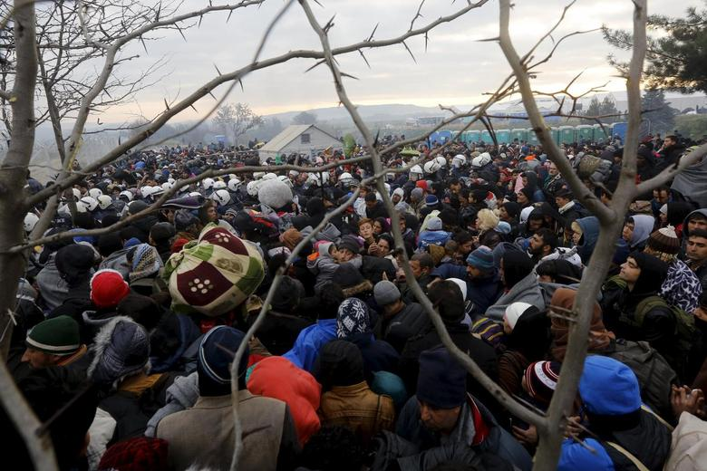 Refugees wait to cross the Greek-Macedonian border near the village of Idomeni, Greece December 4, 2015. REUTERS/Yannis Behrakis