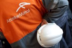 ArcelorMittal, en hausse de 1,86% à 14h à la Bourse de Paris, est soutenu par une décision de la Commission européenne de soumettre à enregistrement à compter de samedi les importations chinoises d'armatures de béton en acier, ce qui signifie que des droits de douanes seront imposés dès ce mois-ci s'il s'avère que ces produits sont vendus à des prix excessivement bas. Au même moment, le CAC 40 cède 1,24%. /Photo d'archives/REUTERS/Philippe Wojazer