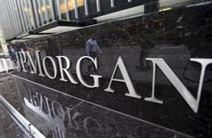 JP Morgan Chase va payer 307 millions de dollars (283 millions d'euros) pour mettre fin à des procédures lancées par les autorités américaines, qui accusent la banque de ne pas avoir révélé des conflits d'intérêts à certains de ses clients. /photo prise le 20 mai 2015/REUTERS/Mike Segar