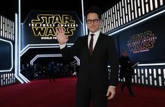 """El director del """"El despertar de la Fuerza"""" JJ Abrams en el estreno de la cinta en Hollywood, dic 14, 2015. La nueva entrega de """"La Guerra de las Galaxias"""" estableció un récord de 57 millones de dólares en el estreno del jueves en Estados Unidos y Canadá, aumentando la venta de entradas globales a casi 130 millones de dólares en dos días, dijo Walt Disney Co.   REUTERS/Mario Anzuoni"""