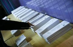 """Бюллетени на избирательном участке в испанском городе Оспиталет-де-Льобрегат. 20 декабря 2015 года. Выборы в испанский парламент в воскресенье завершили недели разговоров о формировании коалиционного правительства: ни консерваторы премьер-министра Мариано Рахоя, ни """"левые"""" партии не смогли получить мандат на единоличное правление. REUTERS/Albert Gea"""