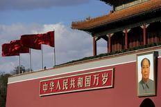 Портрет Мао Цзэдуна на площади Тяньаньмэнь в Пекине. 2 декабря 2015 года. Китай сохранит стимулирующую монетарную и бюджетную политику в 2016 году, сообщил в понедельник источник, непосредственно знакомый с ходом Центральной экономической рабочей конференции. REUTERS/Damir Sagolj