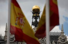El rendimiento del bono español a 10 años subió a su nivel más alto en un mes el lunes, un día después de unas elecciones que mostraron una fragmentación histórica y auguran semanas de difíciles negociaciones para formar un gobierno. En la imagen de archivo, la cúpula del Banco de España entre banderas españolas en el centro de Madrid el 19 de junio de 2013. REUTERS/Sergio Pérez