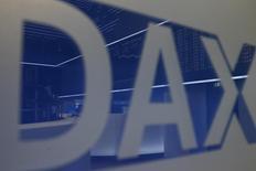 Логотип индекса DAX на фондовой бирже во Франкфурте-на-Майне. 17 декабря 2015 года. Европейские акции выросли в понедельник за счёт акций автомобильного концерна Volkswagen и производителя телекоммуникационного оборудования Ericsson, в то время как испанские акции просели из-за неоднозначных результатов парламентских выборов. REUTERS/Ralph Orlowski