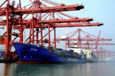 Un barco cargado con contenedores visto en un puerto en Lianyungang, China, 7 de septiembre de 2013. El crudo Brent de Londres cayó el lunes a niveles no vistos desde el 2004, pasando por debajo de los mínimos anotados durante la crisis financiera del 2008 por los temores renovados sobre un exceso de oferta, y los analistas dijeron que los precios podrían ceder aún más. REUTERS/China Daily