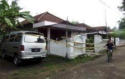 """Дом в индонезийском городе Моджокерто после рейда антитеррористической полиции. 20 декабря 2015 года. Несколько индонезийцев, арестованных в выходные по подозрению в подготовке серии нападений, получали финансирование из Сирии, что подкрепляет версию об их связях с """"Исламским государством"""", сообщила в понедельник местная полиция. REUTERS/Syaiful Arif/Antara Foto"""