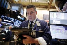 Wall Street a ouvert en légère hausse mardi, à la faveur d'une révision à la baisse moins forte que prévu de la croissance du  troisième trimestre. Le Dow Jones gagne 0,31% vers 14h35 GMT. Le Standard & Poor's 500 progresse de 0,33% et le Nasdaq prend 0,26%. /Photo prise le 21 décembre 2015/REUTERS/Lucas Jackson