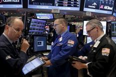 Operadores trabajando en la bolsa de Wall Street en Nueva York, dic 22, 2015. Las acciones subían el martes en la bolsa de Nueva York, impulsadas por un dato mejor a lo esperado del crecimiento del PIB estadounidense en el tercer trimestre y unos precios del crudo que repuntaban desde mínimos de varios años.  REUTERS/Lucas Jackson