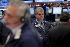 Operadores trabajando en el bolsa de Wall Street en Nueva York, dic 22, 2015. Las acciones en Estados Unidos subieron el martes, tras una leve alza del petróleo y datos que mostraron un crecimiento de la economía ligeramente por encima de las expectativas en el tercer trimestre.  REUTERS/Lucas Jackson