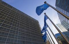 Banderas de la Unión Europea ondean a la entrada de la sede de la Comisión Europea, en Bruselas, el 29 de septiembre de 2015. Un indicador clave de las expectativas de inflación a largo plazo de la eurozona cayó a su nivel más bajo desde octubre el miércoles, presionado por la brusca caída esta semana de los precios del petróleo hasta mínimos de 11 años. REUTERS/Yves Herman