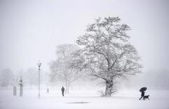 """Сильный снегопад в Лондоне 18 декабря 2010 года. Одна из австрийских радиостанций наказала своего ведущего после того, как он заперся в студии и 24 раза подряд проиграл песню """"Last Christmas"""", культовый хит 1980-х группы Wham! REUTERS/Dylan Martinez"""