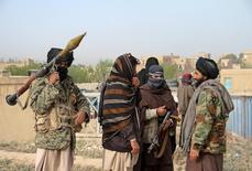 """Члены движения """"Талибан"""" собираются на месте исполнения наказания в отношении трех других участников организации, обвиненных в убийстве и грабеже. Провинция Газни, 18 апреля 2015 года.  Российское информагентство Интерфакс в среду процитировало высокопоставленного чиновника МИДа, который назвал уничтожение боевиков """"Исламского государства"""" общей задачей Москвы и  радикального движения """"Талибан"""", с которым США более десятка лет воюют в Афганистане. REUTERS/Stringer"""