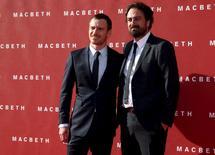 """Ator Michael Fassbender (E) e o diretor  Justin Kurzel (D) chegam para a estreia de """"Macbeth"""" na Grã-Bretanha no Edinburgh Festival Theatre, em Edimburgo, na Escócia. 27 de setembro de 2015. REUTERS/Russell Cheyne"""