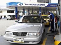 Una gasolinera de Petroecuador en Quito, abr 2, 2012. Ecuador prevé concretar la importación de crudo liviano el próximo año para procesarlo en su renovada refinería, luego que concluya el estudio de las propuestas financieras planteadas por las firmas interesadas, dijo el miércoles Petroecuador.  REUTERS/Gary Granja