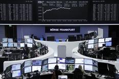 Operadores trabajando en la Bolsa de Fráncfort, Alemania, 17 de diciembre de 2015. Las bolsas europeas abrieron al alza el jueves, impulsadas por un avance de las acciones de las compañías ligadas a las materias primas, que subían ante un rebote adicional de los precios del petróleo. REUTERS/Staff