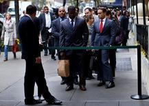 Personas buscando trabajo hacen fila para reunirse con posibles empleadores, en una feria de empleos en Nueva York, 24 de octubre de 2012. El número de estadounidenses que solicitó el seguro de desempleo cayó más de lo esperado la semana pasada, acercándose a un mínimo de 42 años mientras las condiciones del mercado laboral siguen mejorando. REUTERS/Mike Segar