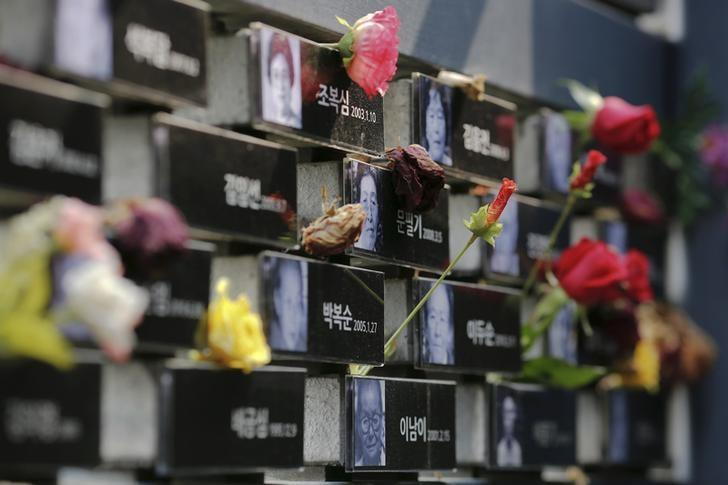 Flowers are placed on a memorial wall commemorating the late former South and North Korean ''comfort women'' at the War and Women's Human Rights Museum'' in Seoul, South Korea, July 22, 2015. REUTERS/Kim Kyung-Hoon