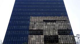 El banco estatal de desarrollo brasileño BNDES pagará 4.800 millones de reales (1.220 millones de dólares) en dividendos al Tesoro del país, apoyando los esfuerzos del Gobierno para equilibrar sus cuentas de 2015, reportó el sábado un medio local. Imagen de archivo de la sede central del BNDES en el centro de Río de Janeiro, Brasil. 10 agosto 2015. REUTERS/Sergio Moraes/Files