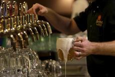 Tras un año récord de fusiones y adquisiciones reforzado por varias megaoperaciones, los mercados esperan que 2016 traiga un número mayor de acuerdos de menor tamaño. En la imagen, un camarero sirve un vaso de cerveza en la fábrica de Plzensky Prazdroj (Pilsner Urquell, ahora parte del grupo resultante de la fusión de Anheuser-Busch InBev y SABMiller ) en Plzen, República Checa, 12 de noviembre de 2015. REUTERS/David W Cerny