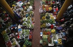 En la imagen, frutas a la venta en un mercado de Hanoi, Vietnam, 24 de diciembre de 2015. REUTERS/Kham