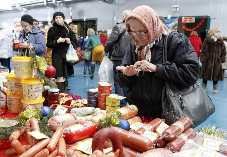 A woman counts money at a food fair in the village of Ulyanovka, south-east of Stavropol, Russia December 22, 2015. REUTERS/Eduard Korniyenko
