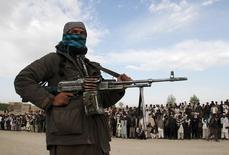 """Член движения """"Талибан"""" и другие - на месте предстоящей казни троих соратников, обвиненных в грабеже. Провинция Газни, Афганистан, 18 апреля 2015 года. Движение """"Талибан"""" в Афганистане опровергло сообщения о том, что его представители встречались с российскими официальными лицами, чтобы обсудить общую угрозу, исходящую от боевиков другого радикального движения, """"Исламского государства"""". REUTERS/Stringer"""