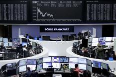 Les Bourses européennes reculent à mi-séance pour la première séance d'une semaine qui s'annonce peu animée entre Noël et le Nouvel An, en l'absence d'une bonne partie des investisseurs. Le CAC 40 perd 0,62% vers 11h45 GMT, le Dax (photo) abandonne 0,39%, l'indice paneuropéen FTSEurofirst 300 recule de 0,39% et l'EuroStoxx 50 de la zone euro de 0,51%. /Photo prise le 28 décembre 2015/REUTERS