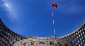 La bandera nacional china ondea frente a la sede del Banco Central, en el centro de Pekín, 16 de mayo de 2014. El banco central de China dijo el lunes que usaría diversos instrumentos de política monetaria para mantener la liquidez adecuada, un crecimiento razonable del crédito y de la financiación social. REUTERS/Petar Kujundzic