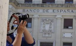 El Banco de España ha aprobado la creación de colchones de capital extra para las entidades sistémicas españolas en 2016, con exigencias mayores para los dos grandes bancos, Santander y BBVA.  En la imagen de archivo, una mujer toma una foto enfrente de la sucursal del Banco de España en Sevilla, el  el 24 de junio de 2015. REUTERS/Marcelo del Pozo