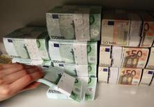 La France veut créer une nouvelle catégorie de dette destinée à contribuer à éponger les pertes d'une banque en cas de faillite, une disposition qui s'inscrit dans le cadre de la mise en oeuvre des nouvelles règles européennes pour la résolution des crises bancaires. /Photo d'archives/REUTERS/Heinz-Peter Bader