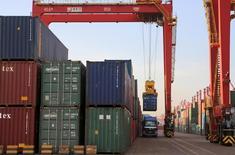 Imagen de archivo de unos contenedores apilados en el puerto de Rizhao, China, ago 12, 2015. China multó a siete empresas de transporte, incluida la chilena Compañía Sudamericana de Vapores, por un total de 407 millones de yuanes (62,85 millones de dólares) por fijación de precios, informó el lunes el órgano estatal de planificación económica del país.  REUTERS/Stringer IMAGEN PARA USO EDITORIAL