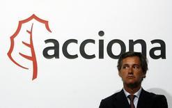 El grupo de energía y construcción Acciona ha presentado una oferta por el 39 por ciento que BTG Pactual tiene en la concesionaria de agua catalana ATLL, dijo el martes una fuente próxima a la compañía, en línea con una información adelantada por Expansión. Imagen de archivo del presidente de Acciona, José Manuel Entrecanales, bajo el logo de la compañía en Alvarado, Badajoz, el 27 de julio de 2009. REUTERS/Nacho Doce