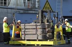 Unos trabajadores ordenando un cargamento de cobre listo para ser exportado a Asia en Valparaíso, Chile, ene 25, 2015. Los precios del cobre tocaron el martes su nivel más bajo en más de una semana debido a la disipación del optimismo por recortes de producción y el mercado se enfocaba en el débil crecimiento de la demanda en China, el mayor consumidor mundial del metal rojo.  REUTERS/Rodrigo Garrido