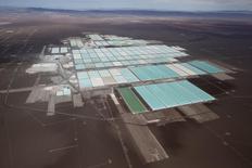Vista aérea de una planta procesadora de la mina de litio de SQM en el desierto de Atacama, Chile, ene 10, 2013. Las acciones serie B de la minera chilena SQM subían más de un 3 por ciento el martes en las primeras operaciones de la bolsa local, luego de que en la víspera se informó que la firma china CITIC Capital está interesada en ingresar a una sociedad que controla la compañía.  REUTERS/Ivan Alvarado