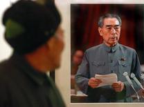 Homem olhando foto de Zhou Enlai, primeiro premiê da China comunista, durante exposição em Jiangsu, China.    08/01/2006     REUTERS/China Daily