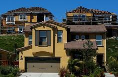 Casas en construcción en una nueva área residencial en Carlsbad, California, 22 de septiembre de 2014. Los precios anualizados de las viviendas unifamiliares en Estados Unidos subieron en octubre a un ritmo levemente más veloz que en septiembre y más de lo previsto por el mercado, mostró un informe publicado el martes. REUTERS/Mike Blake