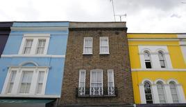 Los precios de la vivienda en Reino Unido se aceleraron más de lo previsto en diciembre, según una encuesta publicada el miércoles que mostró una señal más del creciente impulso del mercado residencial. En esta imagen de archivo, viviendas en Londres, 3 de junio de 2015.  REUTERS/Suzanne Plunkett