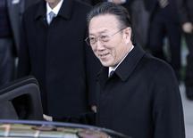 Глава северокорейской разведки Ким Ян Гон садится в машину у деревни Пханмунджом. 29 ноября 2007 года. Высокопоставленный северокорейский чиновник и один из главных помощников лидера страны Ким Чен Ына погиб в автокатастрофе, сообщило государственное информагентство в среду. REUTERS/Han Jae-Ho