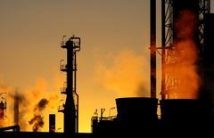 Le prix du pétrole devrait évoluer autour d'une moyenne de 40 dollars le baril en 2016, prédit mercredi le ministre russe des Finances, Anton Silouanov. /Photo d'archives/REUTERS/Mick Tsikas