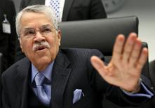 El ministro del Petróleo de Arabia Saudí, Ali al-Naimi, dijo que el mayor exportador mundial de crudo no limitará su producción y tiene la capacidad de cumplir con la demanda adicional, informó el miércoles el canal de televisión estatal Al Ekhbariya. En la imagen, al-Naimi habla con periodistas antes de una reunión de la OPEP en la sede del organismo en Viena, el 4 de diciembre de 2013. REUTERS/Heinz-Peter Bader/Files