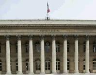 La Bourse de Paris est attendue en légère baisse à l'ouverture pour la dernière séance de l'année qui s'annonce peu animée. Les marchés fermeront dès 14h05. A 08h00, le contrat à terme sur le CAC 40 se traite en baisse de 0,1%. /Photo d'archives/REUTERS/Benoît Tessier