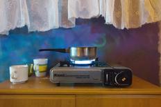 Газовая конфорка в цыганском доме в болгарской Плевне 4 декабря 2013 года. Российский государственный поставщик природного газа Газпром планирует снизить поставки в адрес отчасти принадлежащей ему частной болгарской компании Overgas с 1 января, сообщил глава национальной энергокорпорации. REUTERS/Thomas Peter
